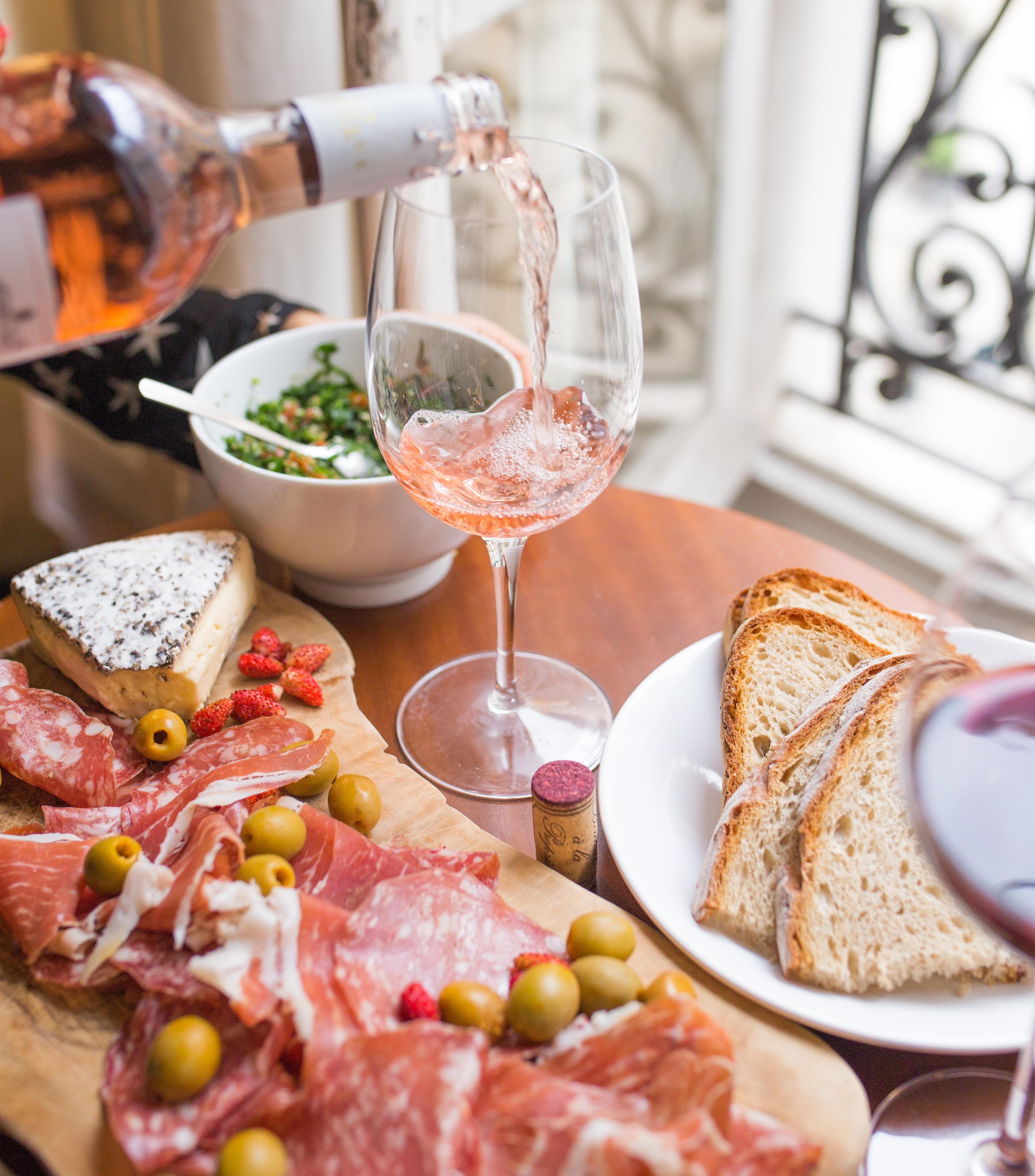 Salami, Oliven, Wein und Käse