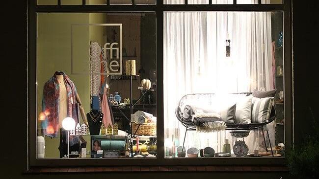 Innenansicht des Stores in Friedrichstadt zeigt eine Lampe, kuschlige Wolldecken, Geschirr und Kerzen