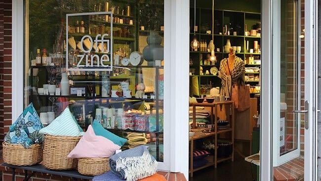 Aussenansicht des Stores in St. Peter-Ording zeigt die geschmackvollen Schaufenster und einen Blick in den Laden