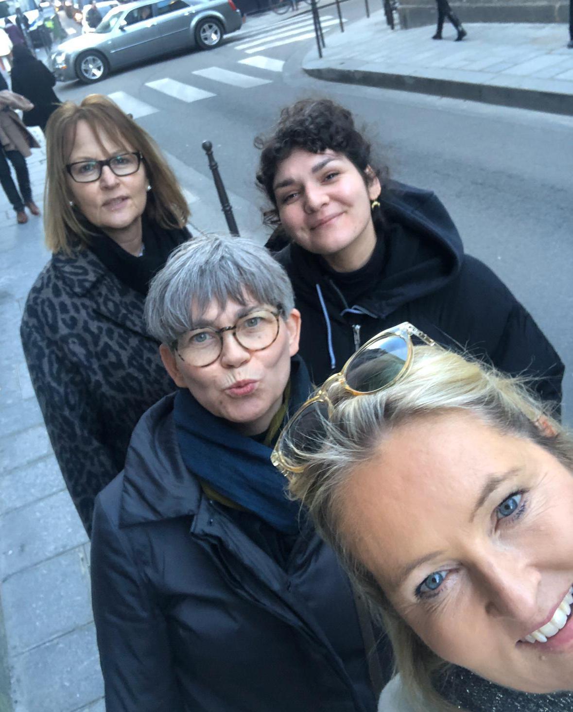 Anette. Kathrin, Isa und Betina auf dem Weg zur Messe