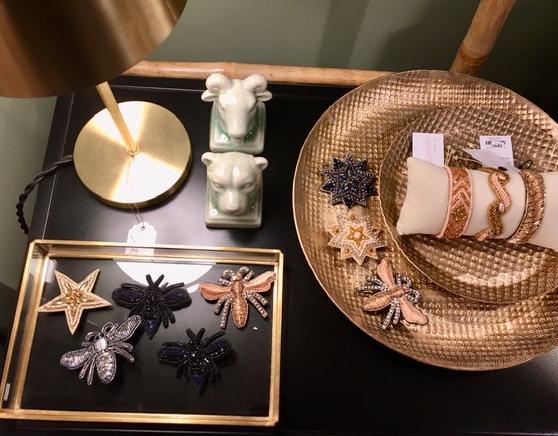 Holzsterne und pastellfarbene Weihnachtsmänner auf einem Tisch dekoriert.