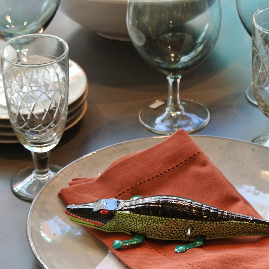 Ein hübsch gedeckter Tisch für ein Abendessen mit ausgefallenem Geschirr und Gläsern