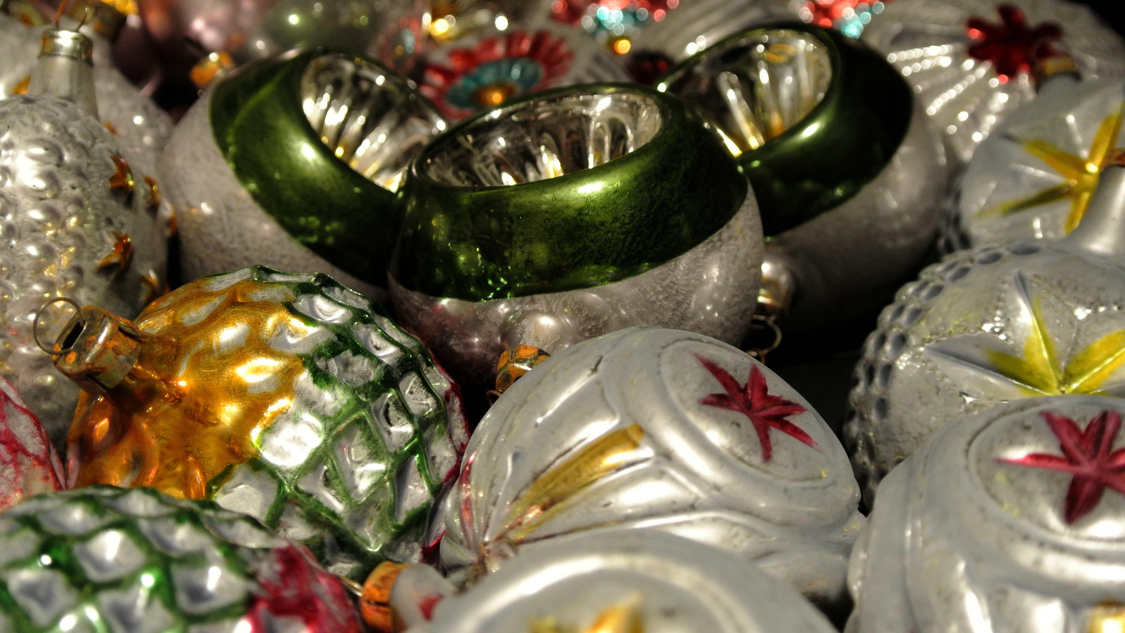 Weihnachtskugeln nach alten Mustern aus Glas, bunt verziert