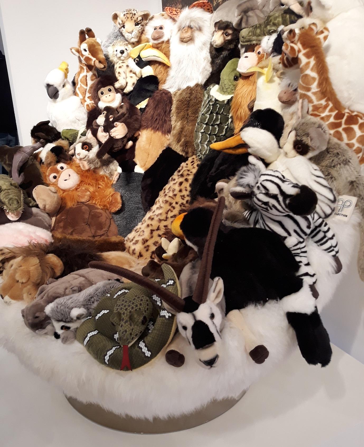 Dies ist ein Kunstobjekt. Ein Sessel, gestaltet aus Stofftieren